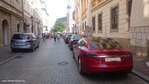 Tesla wynajem na wesele: Stare Miasto w Krakowie (ul. Szczepańska, tuż obok obok rynku, w tle Bazylika Mariacka)