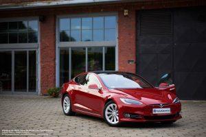 Tesla Model S na wesele czerwony