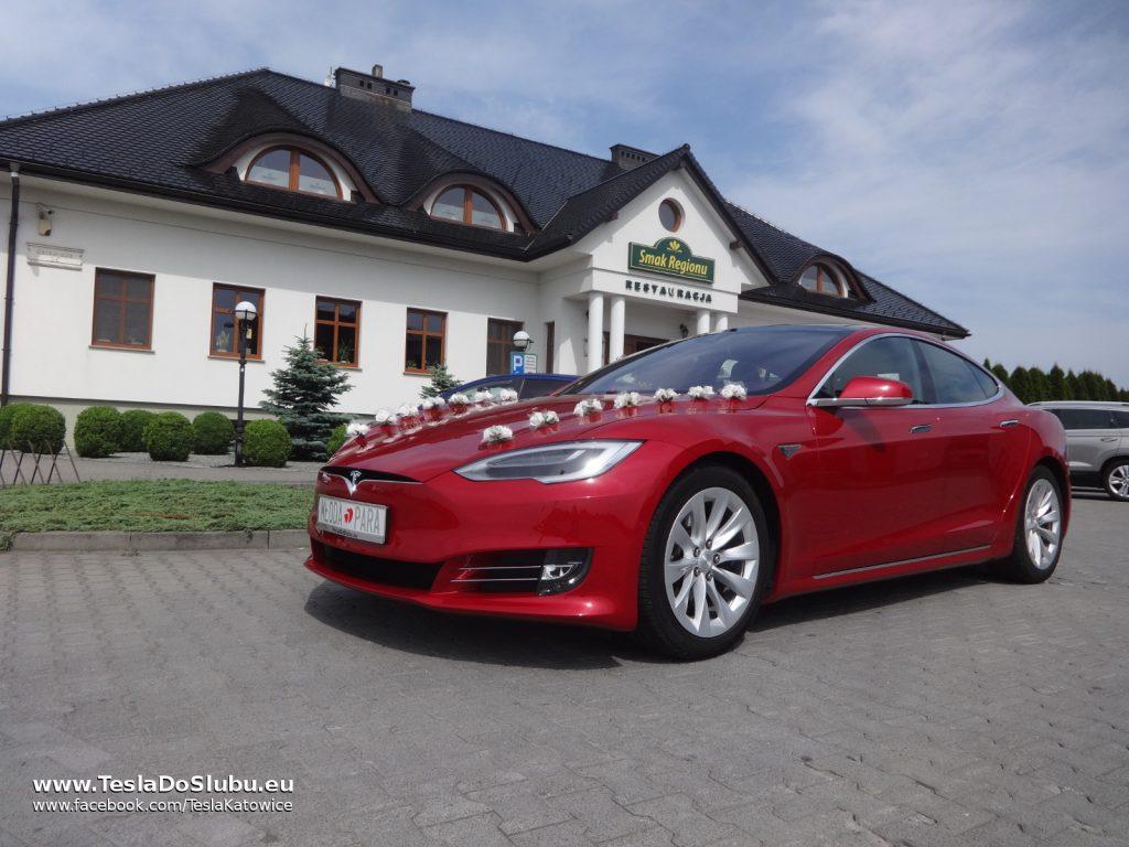 Tesla na wesele Pawłowice (w tle restauracja Smak Regionów w Pawłowicach)