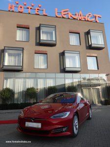 Tesla Model S wynajem na wesele w Wieliczce. Powyżej zdjęcie z wesela w hotelu Lenart Wieliczka