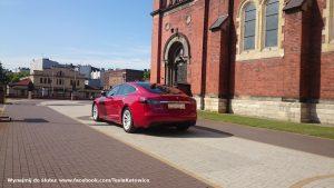 Tesla Model S w Sosonwcu przy Bazylice Katedralnej NMP